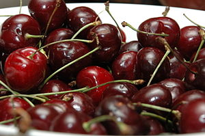 English: A bowl of red cherries. Ελληνικά: Μπω...