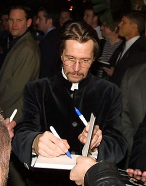 English: Oldman signing autographs at the Harr...