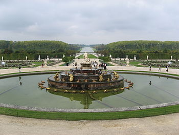 English: Versailles gardens with a fountain Fr...