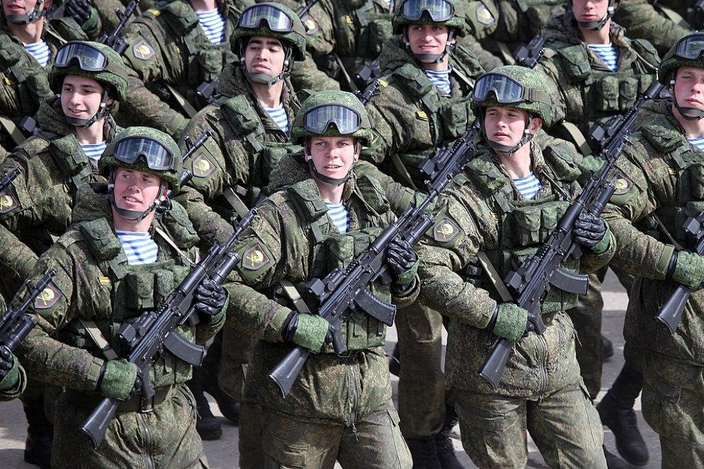 Parachutistes russes et leurs AK-74 en 5.45x39 mm (Image Wikipedia).