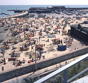 English: Busy afternoon on the beach At the he...