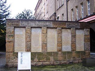 Gedenkstätte Münchner Platz Dresden, Mauer zum Gedenken an den antifaschistischen Widerstand; zu Beginn der DDR wurde das Gebäude jedoch ebenfalls für Hinrichtungen genutzt