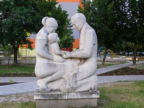 https://i1.wp.com/upload.wikimedia.org/wikipedia/commons/thumb/f/f9/Parents_with_child_Statue_Hrobakova_street_Bratislava.JPG/500px-Parents_with_child_Statue_Hrobakova_street_Bratislava.JPG