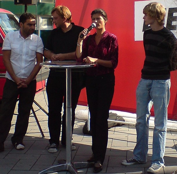 English: Sahra Wagenknecht during election campaign August/September 2009 in Düsseldorf-Bilk Deutsch: Sahra Wagenknecht während des Wahlkampfes August/September 2009 in Düsseldorf-Bilk