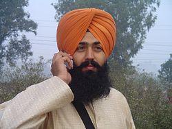 Hombre sikh con un turbante puesto.