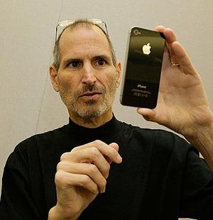 English: Apple director Steve Jobs shows iPhone