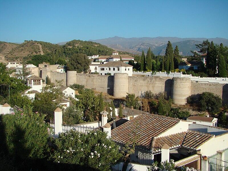 Mur construit par le ziride pour protéger le noyau originel de Grenade , dans le XIe siècle .