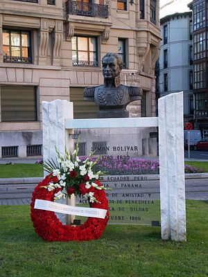 English: Monument to Simon Bolivar, with flowe...
