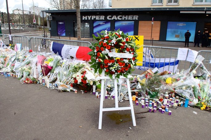 The Wreath Laid by Secretary Kerry and French Foreign Minister Fabius Is Pictured Outside the Hyper Cacher Kosher Market in Paris (16106400057)