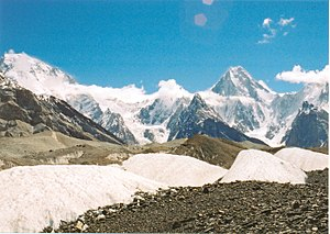 English: Broad Peak (left) and Gasherbrum IV f...