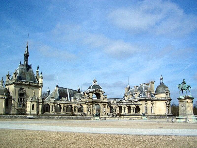 File:Chateau de Chantilly front courtyard.jpg