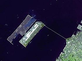 Industri konstruksi Jepang dibantu oleh proyek sipil yang besar. Antara lain yang paling terkenal ialah Bandara Internasional Kansai yang dibangun di atas sebuah pulau buatan, memakan harga AS$30 milyar.