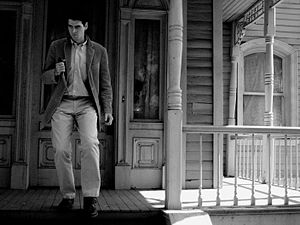 English: Norman Bates in front of the Bates Ma...