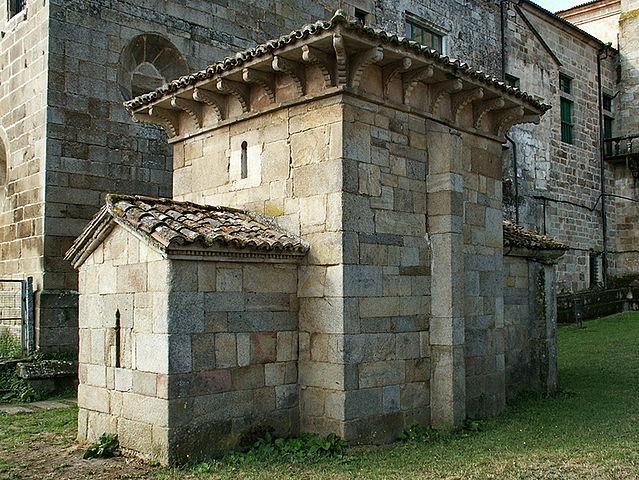The chapel of San Miguel de Celanova, with the baroque walls of San Salvador behind it