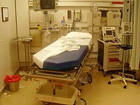 Intensive care bed after a trauma intervention, showing the highly technical equipment of modern hospitals.