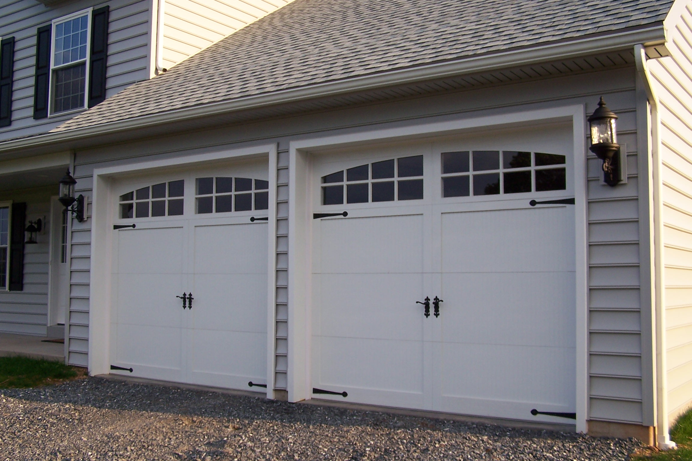 File Sectional type overhead garage door JPG   Wikipedia File Sectional type overhead garage door JPG