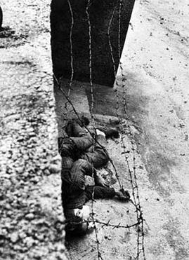 peter fechter agonizând lângă zidul berlinului, împuşcat în stomac, după încercarea nereuşită de trecere a frontierei