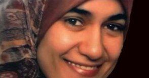 Fotografie von Marwa El-Sherbini, der Ausschnitt zeigt ihr lächelndes Gesicht und einen Teil ihrer Kopfbedeckung