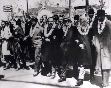 הרב אברהם יהושע השל (2 מימין) ומרטין לותר קינג (4 מימין) בהפגנה הגדולה של התנועה לזכויות האזרח בסלמה, אלבמה, 1965.