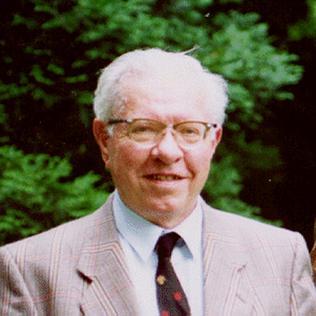 https://i1.wp.com/upload.wikimedia.org/wikipedia/en/f/ff/Fred_Hoyle.jpg