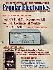 เครื่องคอมพิวเตอร์ส่วนตัวเครื่องแรกของโลก MITS Altair 8800 ลงเป็นบทความพิเศษ วารสาร Popular Electronics มกราคม ๑๙๗๕
