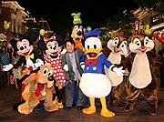 Chan dengan tokoh-tokoh Disney terkenal, dalam upacara pembukaan situs Hong Kong Disneyland