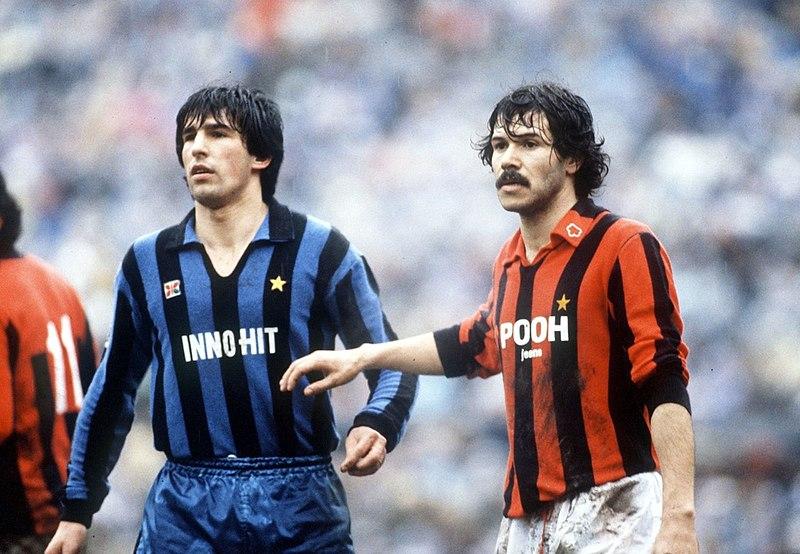 https://i1.wp.com/upload.wikimedia.org/wikipedia/it/thumb/8/84/Serie_A_1981-82_-_Inter_vs_Milan_-_Salvatore_Bagni%2C_Maurizio_Venturi.jpg/800px-Serie_A_1981-82_-_Inter_vs_Milan_-_Salvatore_Bagni%2C_Maurizio_Venturi.jpg?resize=800%2C554&ssl=1