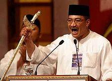 Di Perhimpunan Agung UMNO 2005, Ketua Pemuda UMNO Hishamuddin Tun Hussein menjulang keris dalam mempertahankan ketuanan Melayu, kontrak sosial dan Artikel 153.