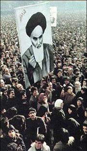 Tunjuk perasaan membawa potret Ayatollah Khomeini sebagai tanda sokongan mereka terhadap beliau.