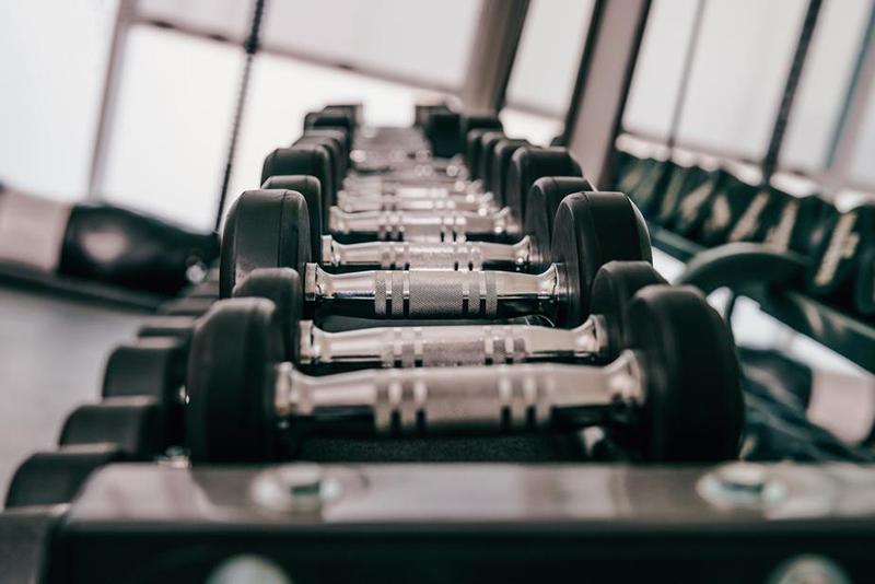 Poids libres dans le gymnase ou à la maison - dois-je utiliser des machines ou des poids libres