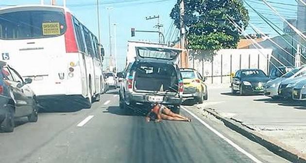 Policiais presos por arrastar mulher so alvo de 62 aes