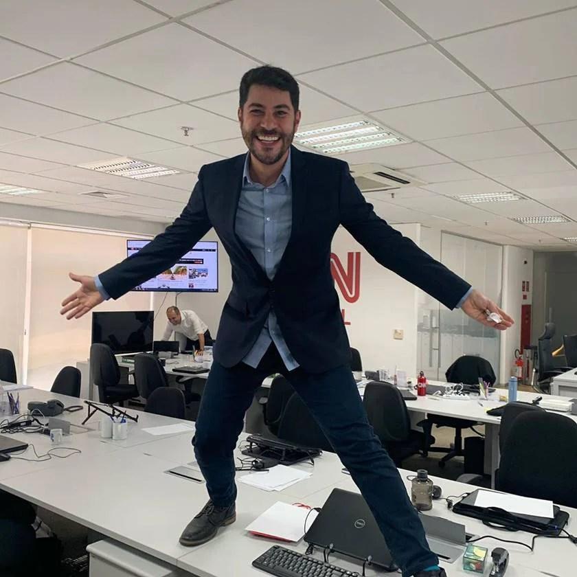 Evaristo Costa in the newsroom