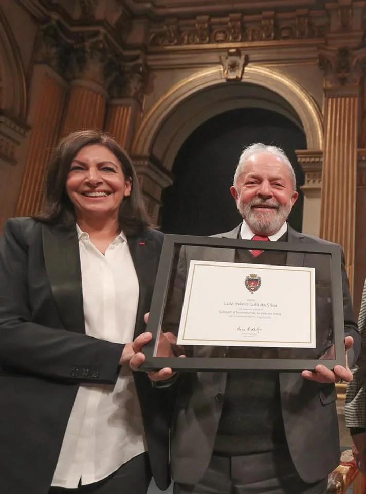 Ex-presidente Lula recebe título de cidadão honorário de Paris, ao lado da prefeita de Paris Anne Hidalgo