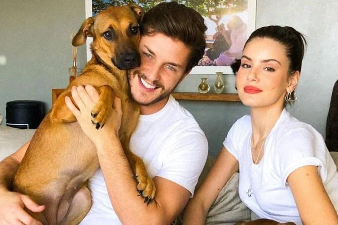 Klebber Toledo e Camila Queiroz segurado um cachorro