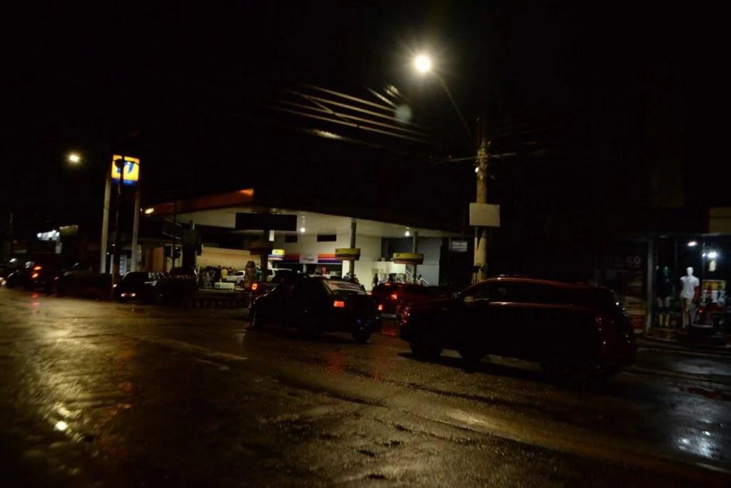 Vista do apagão que assola há mais de 48h em Macapá e também em 13 dos 16 municípios do estado do Amapá, na noite desta quinta-feira (5). Por conta do desabastecimento de energia, o prefeito de Macapá, Clécio Luís, decretou no final da tarde estado de calamidade pública na capital por 30 dias. O apagão foi resultado de um incêndio em uma subestação de energia na capital na noite de terça-feira (3).