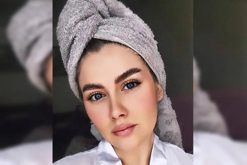 Olesya Semenova com toalha na cabeça