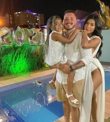 Pocah, o namorado, Ronan, e a filha, Vitória