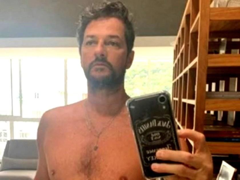 Marcelo Serrado posing shirtless in front of the mirror