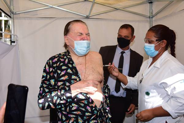 Silvio Santos tomando a segunda dose da vacina de Covid-19_Ag News_Leo Franco