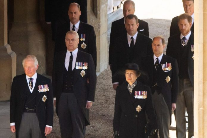 Charles, Anne, Andrew, Edward, William, Peter Phillips e Harry