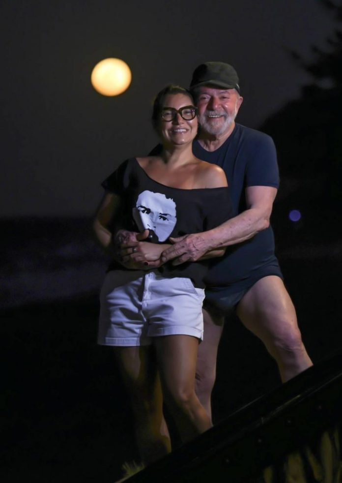 Janja e Lula abraçados