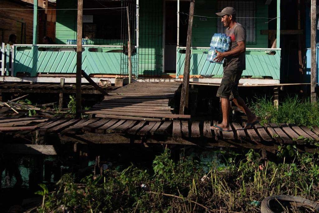 André Luís Gonçalves da Costa recebe ajuda de agua durante o periodo de falta de energia no estado do amapá2