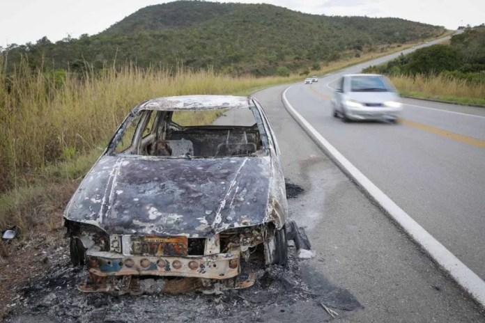 carro queimado pelo Lázaro Barbosa policiais procuram o maniaco do goiás crime assassino 25