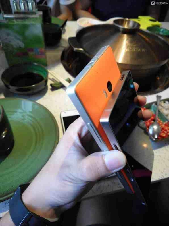 Nokian väitetty Android -puhelin oikealla