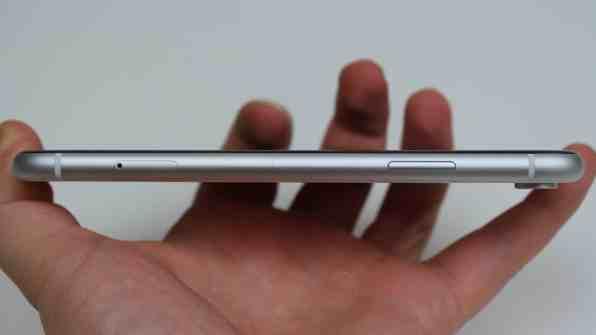 iPhone XR:n oikea reuna.
