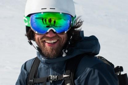 En glad skidåkare