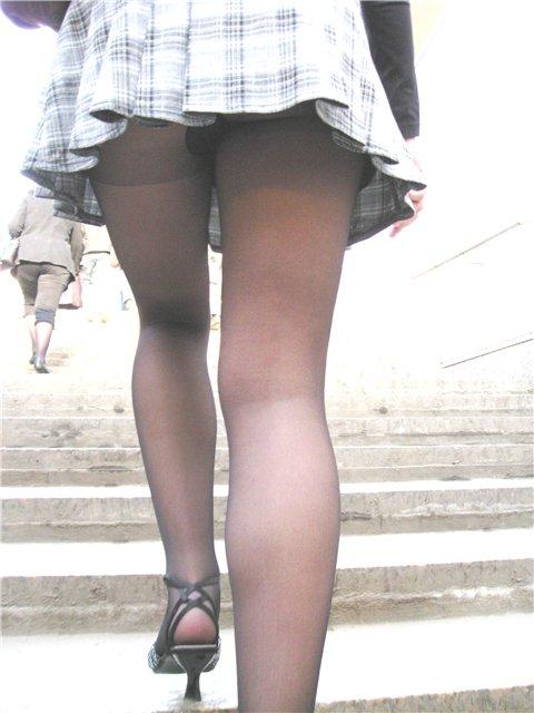 upskirt под юбкой на лестнице - Подглядывание - Апскирт ...