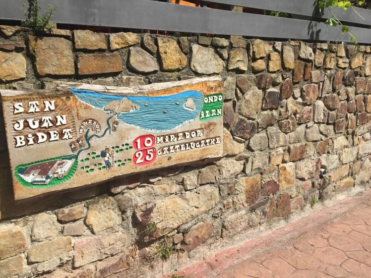 sign pointing to the last part of the San Juan de Gaztelugatxe hike