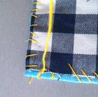 Coser a toda à volta do quadrado, com a linha de crochet