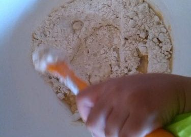 Plasticina caseira feita à base de ingredientes naturais